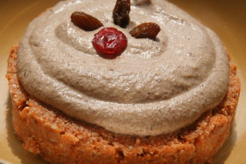 Morkų ir mogdolų pyragaitis su anarkadžių riešutų kremas